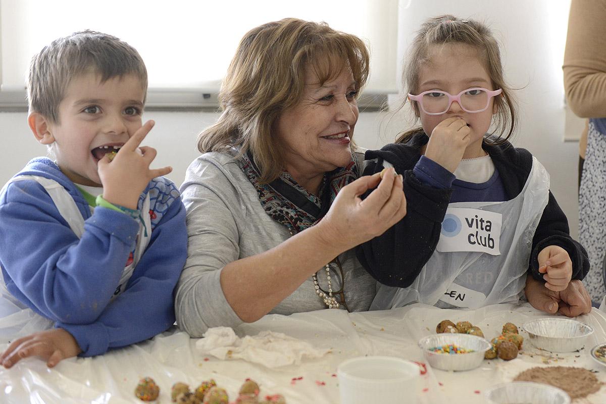 Abuelos y nietos disfrutaron de entretenida clases de cocina