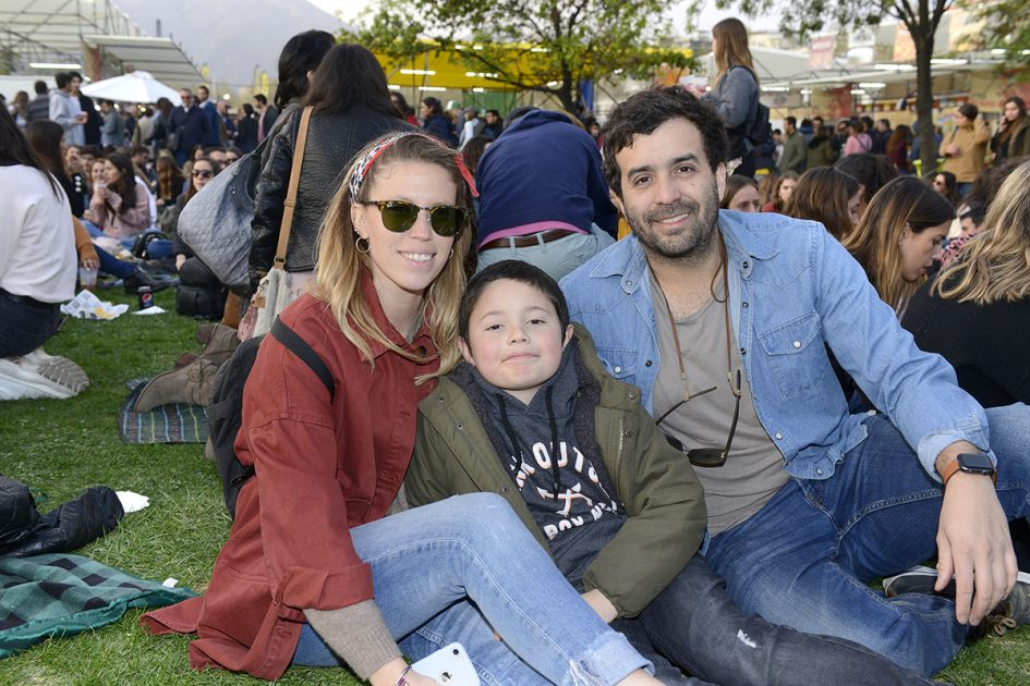 Familia sonriendo en Chile Lindo