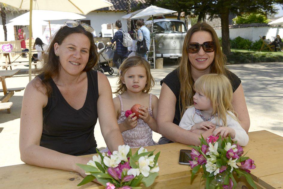 Dos mujeres y dos niñas posando a la cámara.