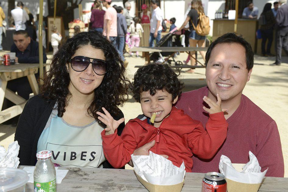 Una mujer, un hombre y el hijo de ambos posando a la cámara.