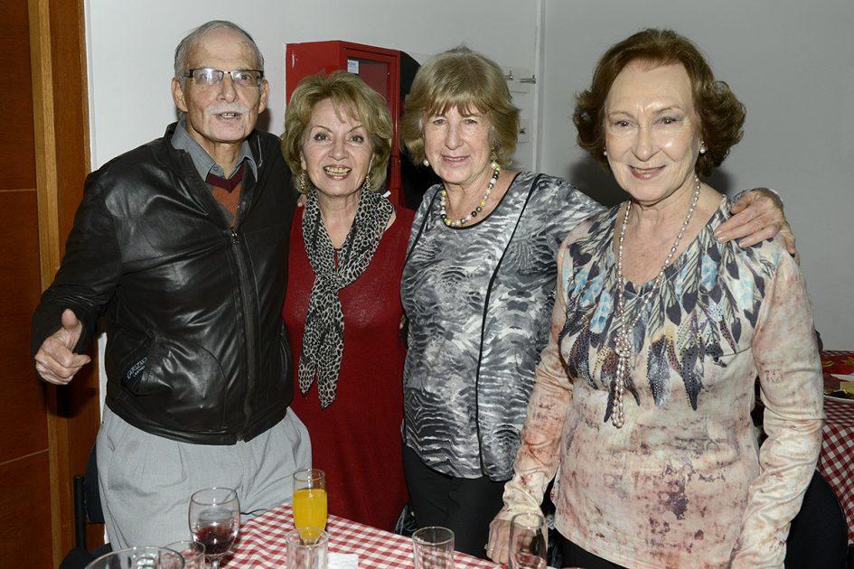 Grupo de amigos celebrando Pasamos Agosto de Vitamayor