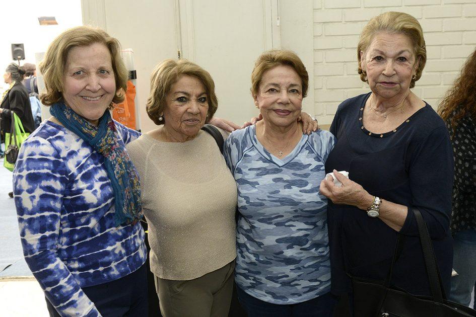 Cuatro mujeres mirando a la cámara