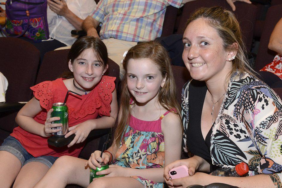 Tres mujeres, dos de ellas niñas, mirando a la cámara.
