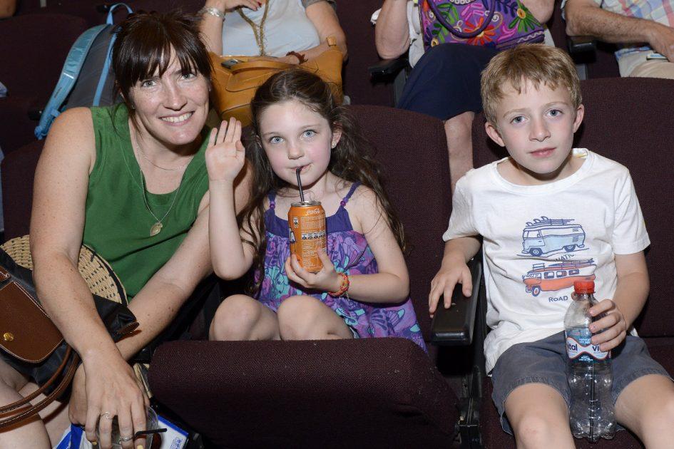 Tres personas, dos de ellas niños, mirando a la cámara.