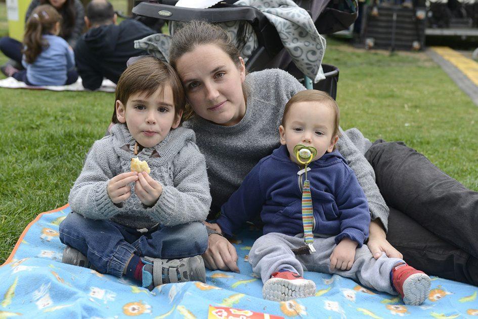 Mujer y sus hijos sonriendo
