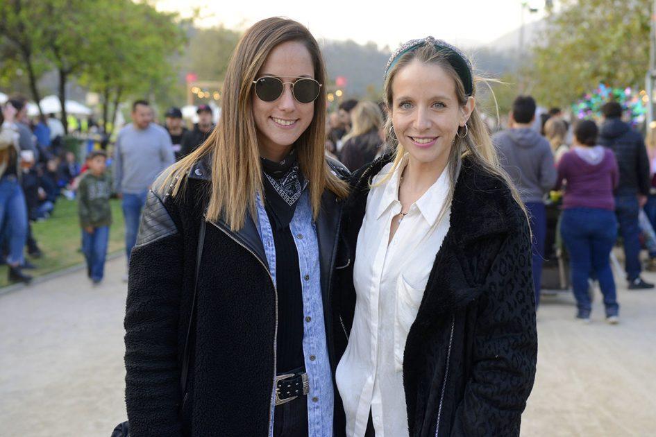 Dos amigas disfrutando de Chile Lindo