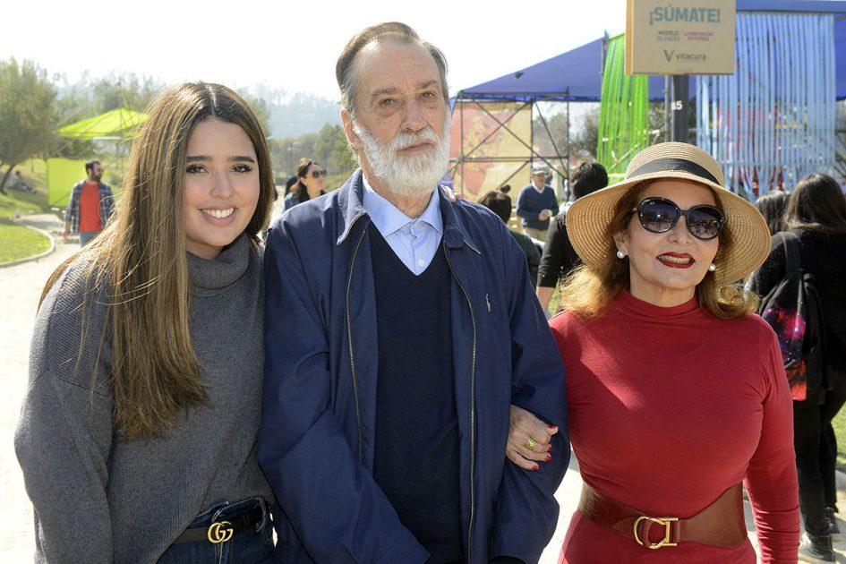 joven, hombre mayor y mujer adulta posando en Chile Lindo