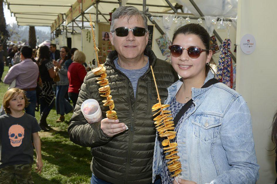 Papá e hija con papas fritas en Chile Lindo