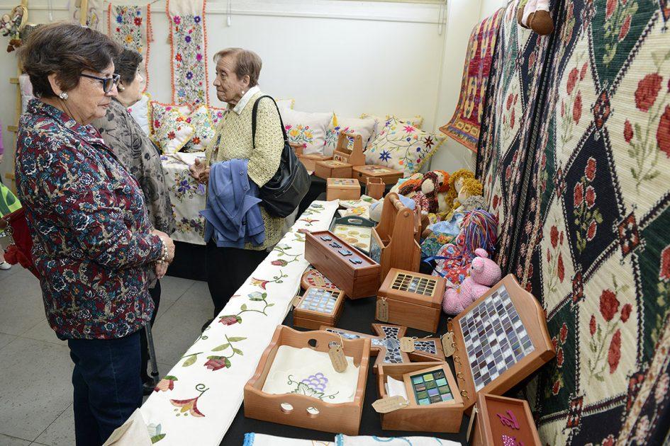 Dos mujeres mirando los productos, que incluyen mucha joyería.