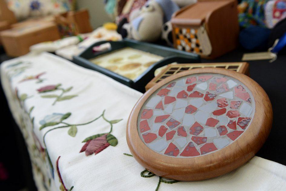 Un mosaico y varios productos atrás difuminados.