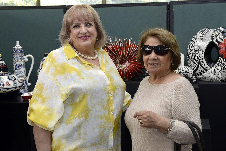 Dos mujeres mirando a la cámara