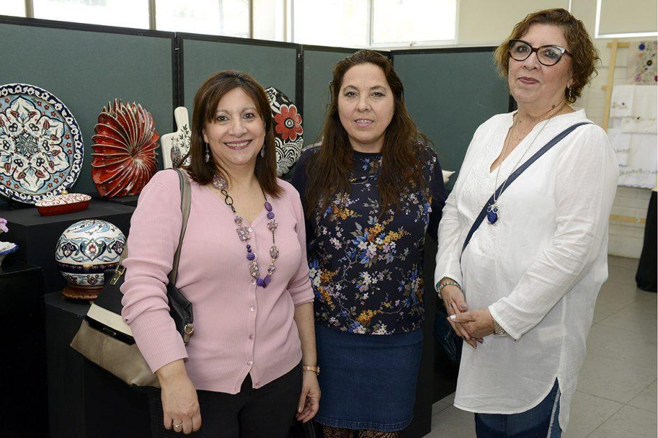 Tres mujeres mirando a la cámara