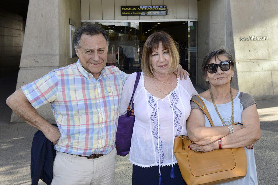 Un hombre y dos mujeres mirando a la cámara