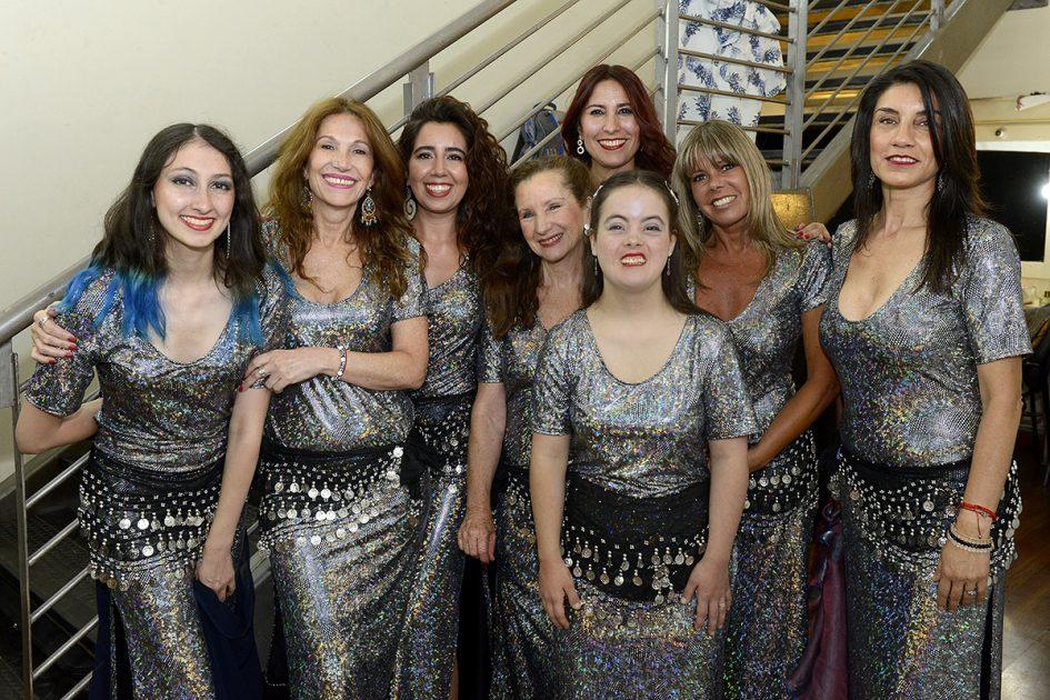 Varias mujeres de plateado, vestidas como árabes,, mirando a la cámara.